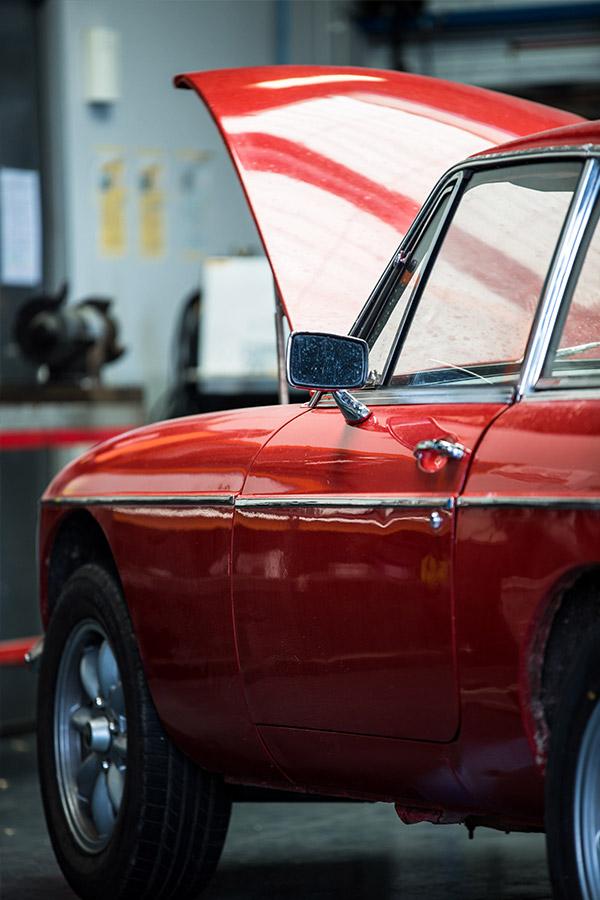 atelier de restauration vintage à Dinard, vieilles voitures